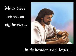 Maar twee vissen en vijf broden.. ..in de handen van Jezus…